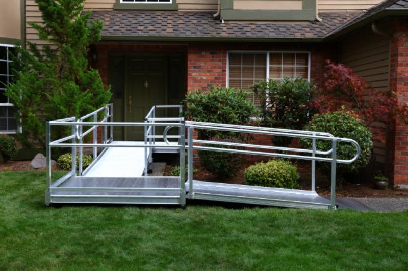 Modular ramp system with rails